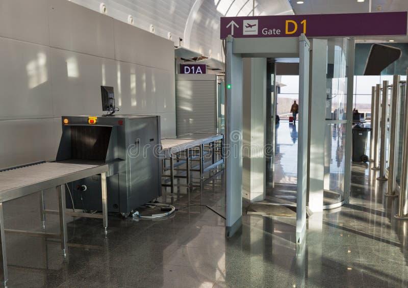 Punto di controllo vuoto di sicurezza aeroportuale fotografia stock libera da diritti