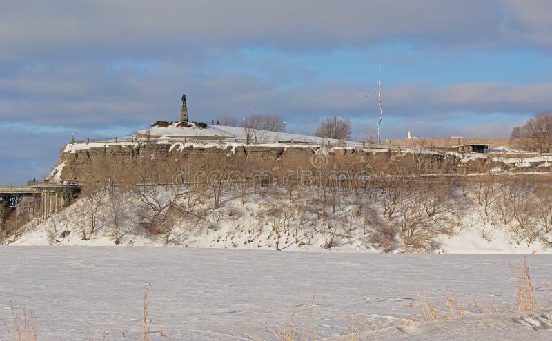 Punto di Nepean lungo il fiume di Ottawa, coperto in neve un giorno di inverno freddo fotografie stock