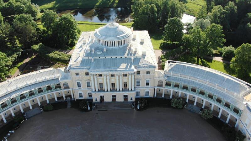 Punto di riferimento architettonico bianco emozionante situato in parco verde immagini stock libere da diritti