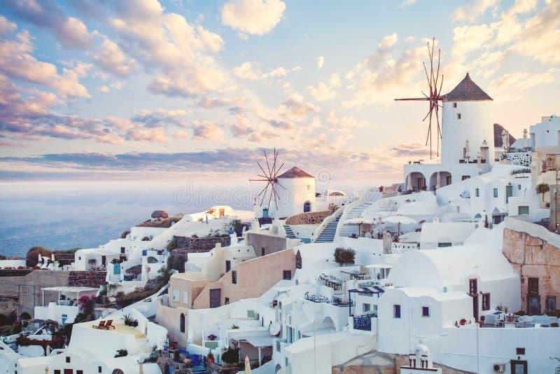 Punto di riferimento del bello paesaggio di Santorini, Grecia Si appanna il cielo e la linea costiera immagini stock libere da diritti