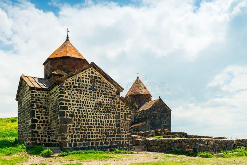 punto di riferimento del monastero dell'Armenia Sevanavank sulla riva fotografia stock