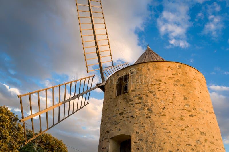 Punto di riferimento dell'isola di Porquerolles - vecchio mulino a vento alla collina sopra la città immagini stock