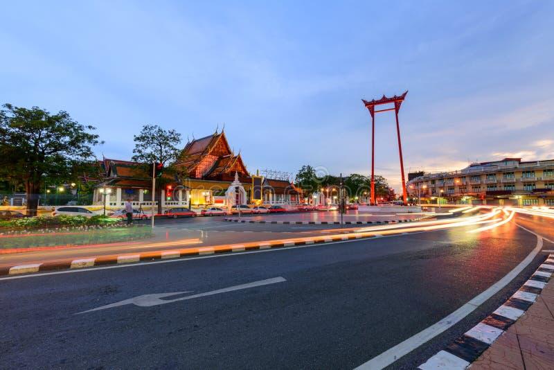 Punto di riferimento dell'oscillazione gigante della città di Bangkok con semaforo dell'automobile fotografia stock