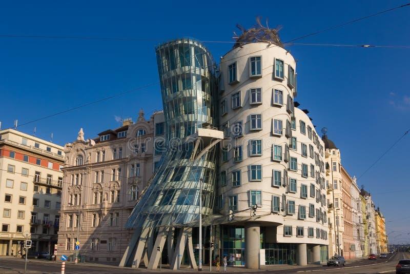Punto di riferimento della casa di dancing della repubblica Ceca di Praga Priorità bassa del cielo blu fotografia stock libera da diritti