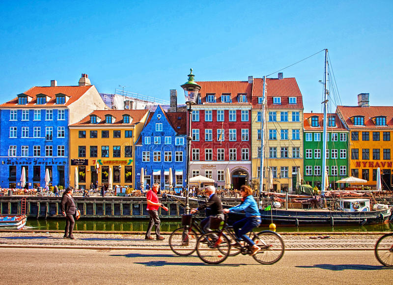 Punto di riferimento di Nyhavn, di Copenhaghen e distretto famosi di spettacolo immagine stock libera da diritti