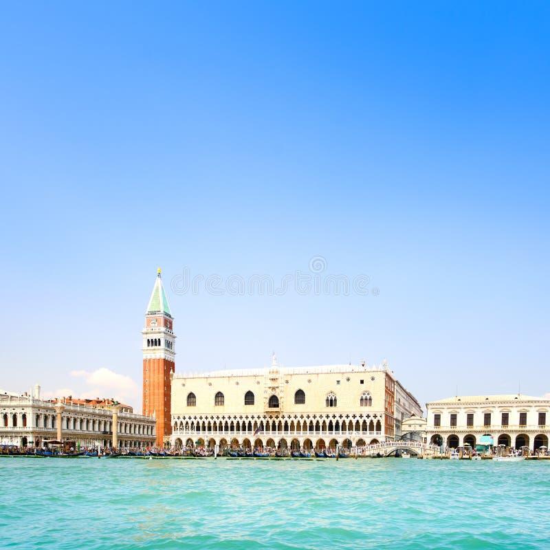Punto di riferimento di Venezia, piazza San Marco con il campanile e palazzo del doge. L'Italia fotografia stock libera da diritti