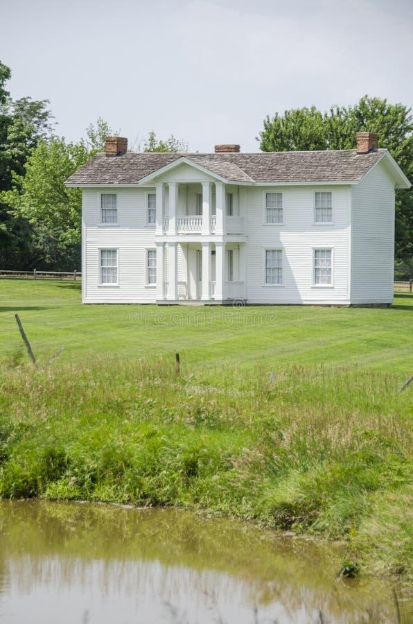 Punto di riferimento domestico coloniale nella città del Missouri immagini stock
