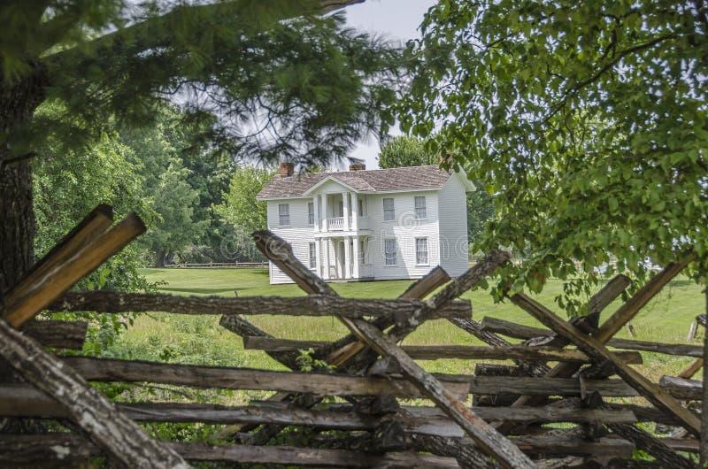 Punto di riferimento domestico coloniale nella città del Missouri fotografie stock libere da diritti