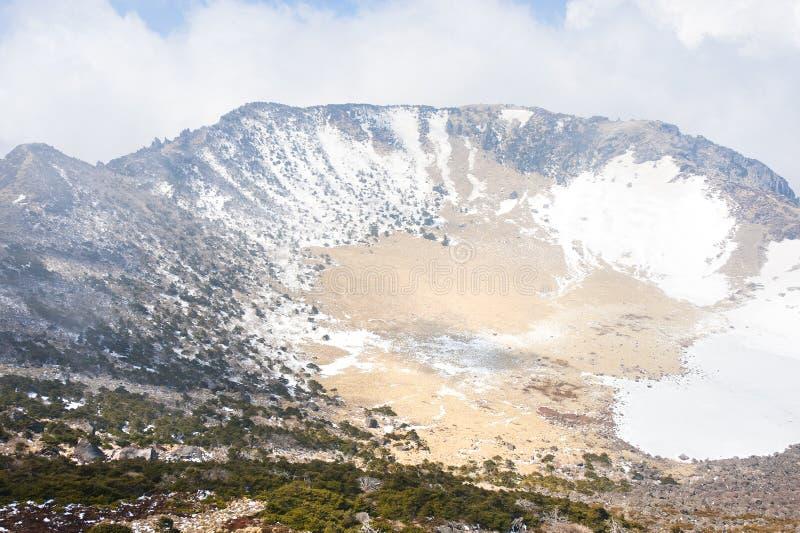 Punto di riferimento famoso - cratere vulcanico della montagna di Hallasan a Jeju immagini stock libere da diritti