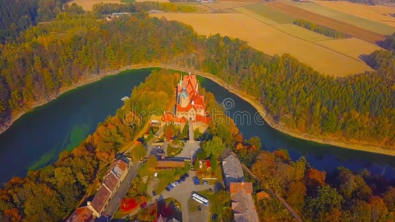 Punto di riferimento famoso del castello di Wawel a Cracovia Polonia Paesaggio pittoresco sul fiume Vistola della costa Tramonto  fotografia stock libera da diritti