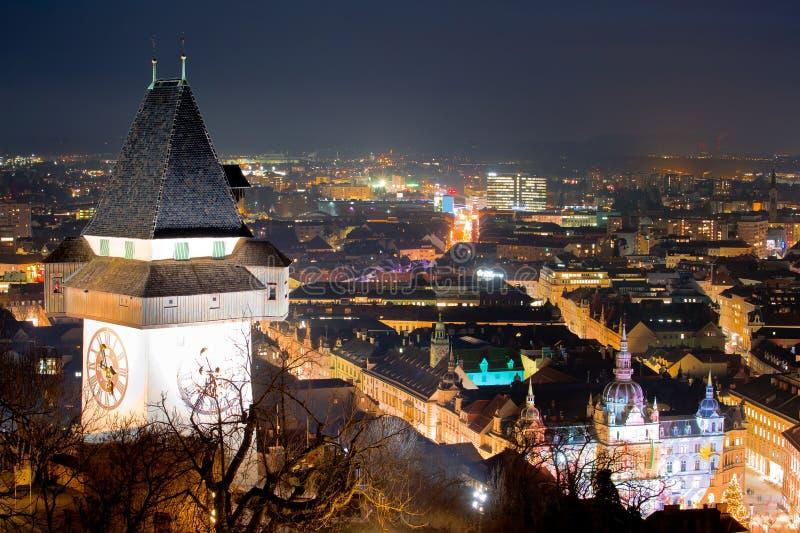 Punto di riferimento di Graz e vista di sera di paesaggio urbano da Schlossberg immagini stock