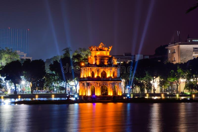 Punto di riferimento di Hanoi - torre della tartaruga nella sera a Hanoi, Vietnam immagini stock libere da diritti
