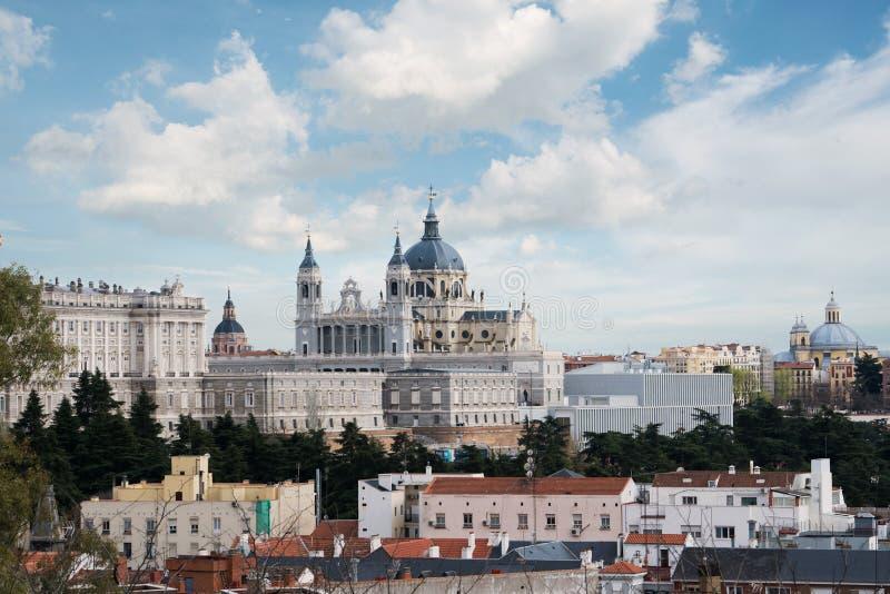 Punto di riferimento di Madrid Paesaggio di Santa Maria la Real de La Almudena fotografia stock