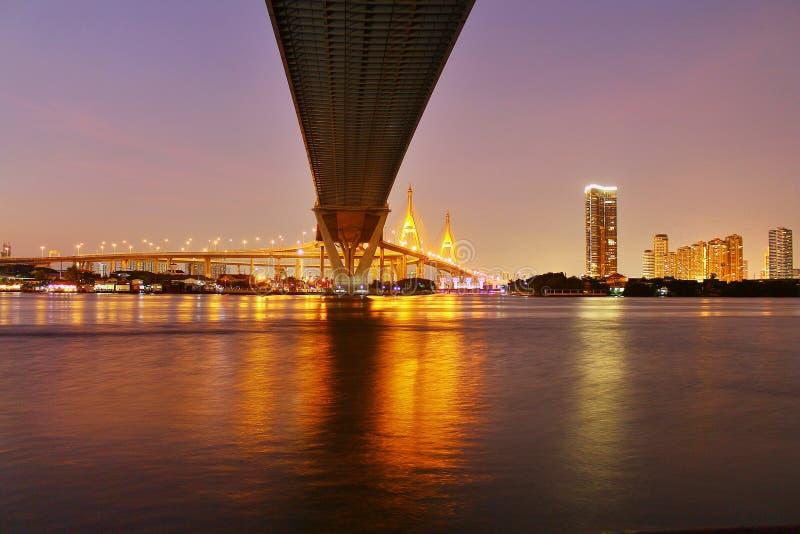 Punto di riferimento, paesaggio, Ove Bhumibol Bridge On le banche di Chao Phraya River a penombra in Tailandia fotografia stock libera da diritti