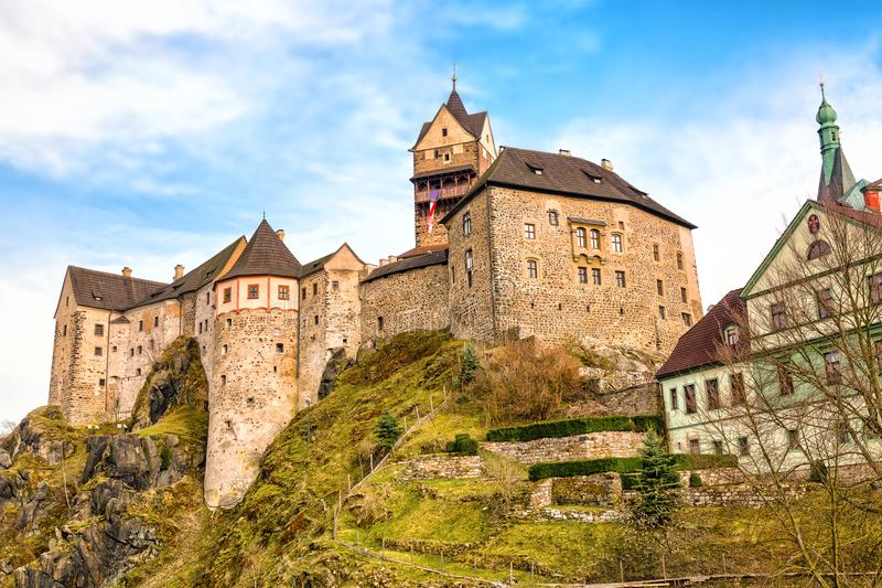Punto di riferimento stupefacente in repubblica Ceca, vicino al castello di mezza età di Karlovy Vary Loket con cielo blu in prim immagine stock