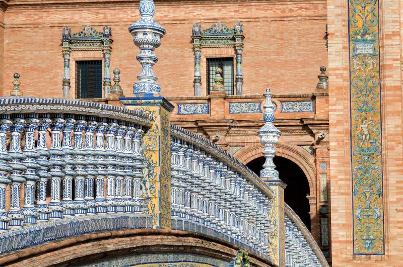 Punto di riferimento turistico con il vecchi ponte, piastrelle di ceramica e pareti della Plaza de Espana famosa, Andalusia, Sevi immagini stock libere da diritti