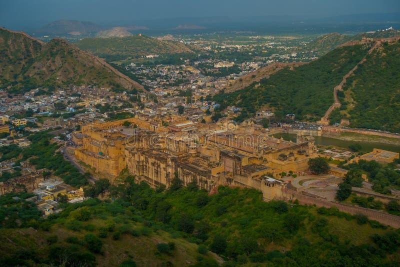 Punto di riferimento turistico famoso di viaggio indiano, bella vista della città di Amber Fort e lago Maota, situata nel Ragiast fotografie stock