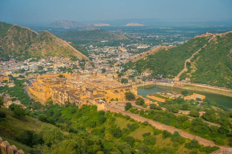 Punto di riferimento turistico famoso di viaggio indiano, bella vista della città di Amber Fort e lago Maota, situata nel Ragiast fotografia stock
