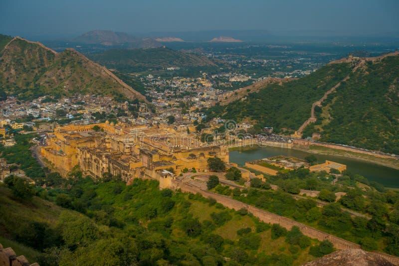 Punto di riferimento turistico famoso di viaggio indiano, bella vista della città di Amber Fort e lago Maota, situata nel Ragiast fotografie stock libere da diritti