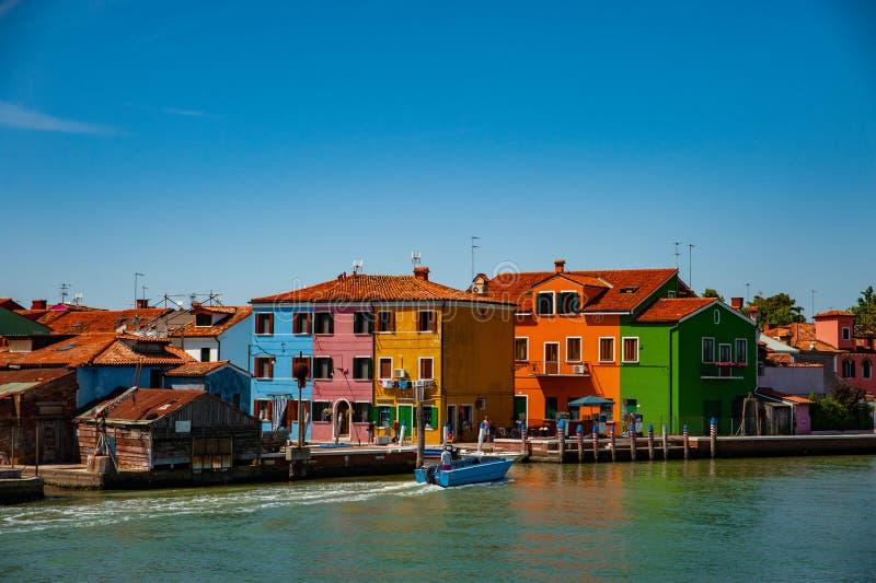 Punto di riferimento di Venezia, canale dell'isola di Burano, case variopinte e barche immagine stock