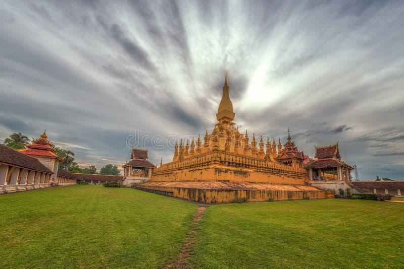 Punto di riferimento di viaggio del Laos, wat dorato Phra della pagoda che Luang a Vientiane, tempio buddista, architettura relig fotografia stock libera da diritti