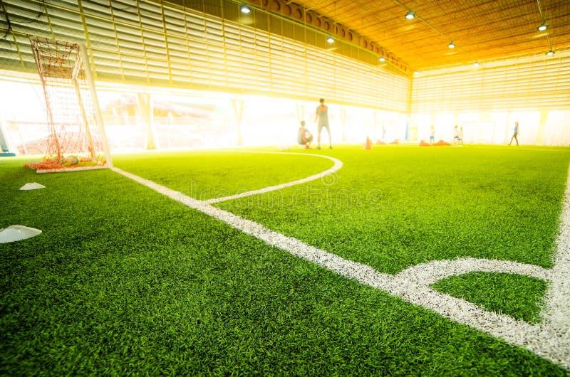 Punto di scossa d'angolo nel campo di calcio dell'interno immagini stock libere da diritti