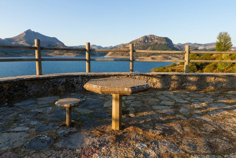 Punto di vista ad un bacino idrico con la Tabella e la sedia di pietra fotografia stock libera da diritti