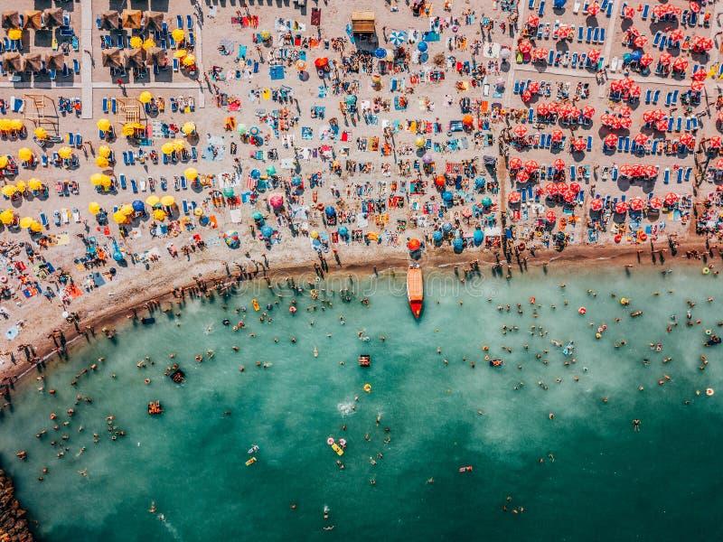 Punto di vista aereo del fuco della folla della gente divertendosi e rilassandosi sulla spiaggia di Costinesti in Romania fotografie stock libere da diritti
