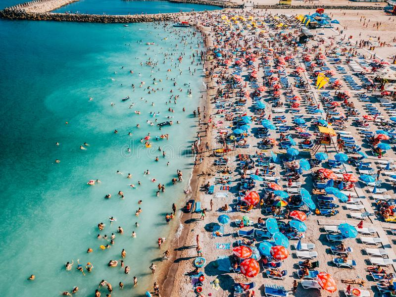 Punto di vista aereo del fuco della folla della gente divertendosi e rilassandosi sulla spiaggia di Costinesti in Romania fotografia stock
