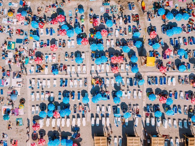Punto di vista aereo del fuco della folla della gente divertendosi e rilassandosi sulla spiaggia di Costinesti in Romania fotografie stock