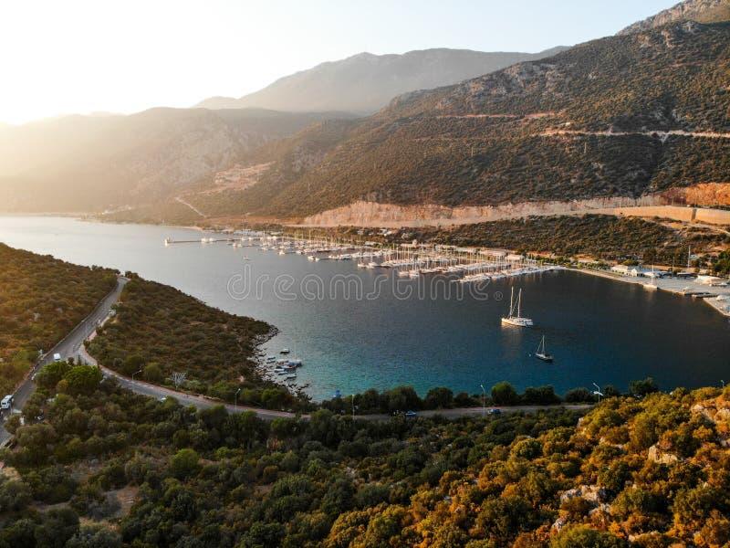 Punto di vista aereo del fuco di Kas Marina Dock Pier con le piccole barche e gli yacht a Adalia Turchia fotografie stock libere da diritti