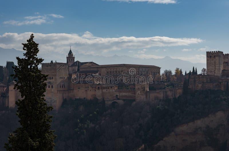 Punto di vista di Alhambra Palace a Granada, Spagna con le montagne di Sierra Nevada in neve ai precedenti granada immagini stock
