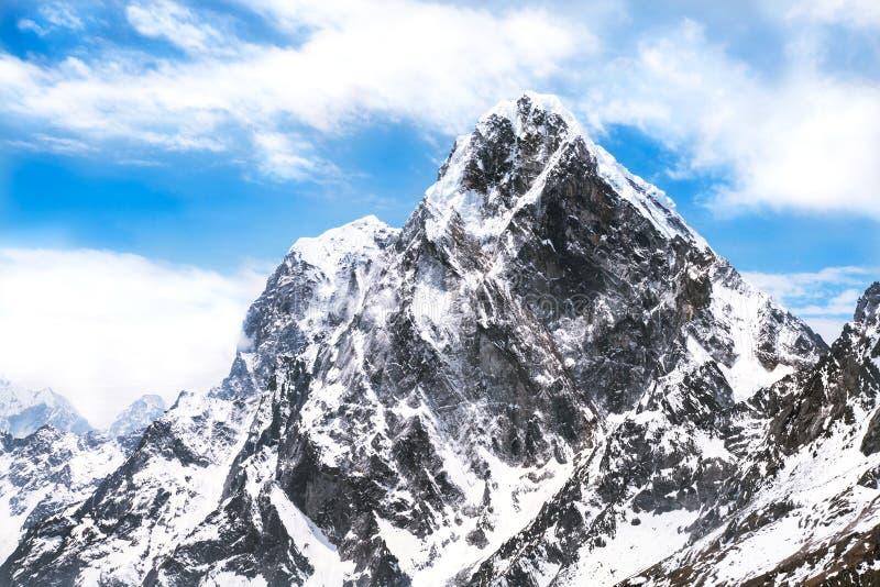 Punto di vista di Ama Dablam sul modo al campo base di Everest con il bello cielo nuvoloso fotografie stock libere da diritti