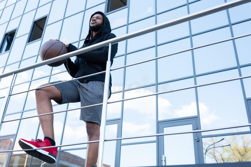 punto di vista di angolo basso dell'uomo afroamericano sportivo fotografia stock libera da diritti