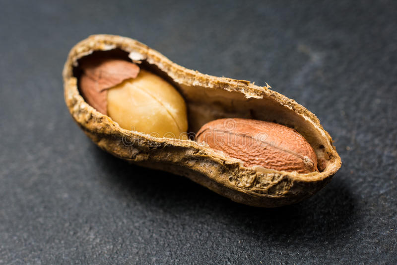 Punto di vista aperto metà di Shell Showing Contents Close Up dell'arachide fotografia stock libera da diritti
