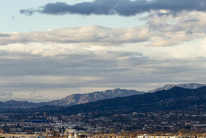 Punto di vista di Ariel di Burbank del centro, con le case del pendio di collina, montagne di San Gabriel fotografia stock