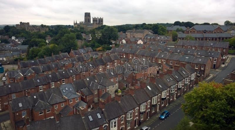 Punto di vista di Ariel della città di Durham che mostra a vie di vecchie case con mattoni a vista la cattedrale ed il castello fotografia stock libera da diritti