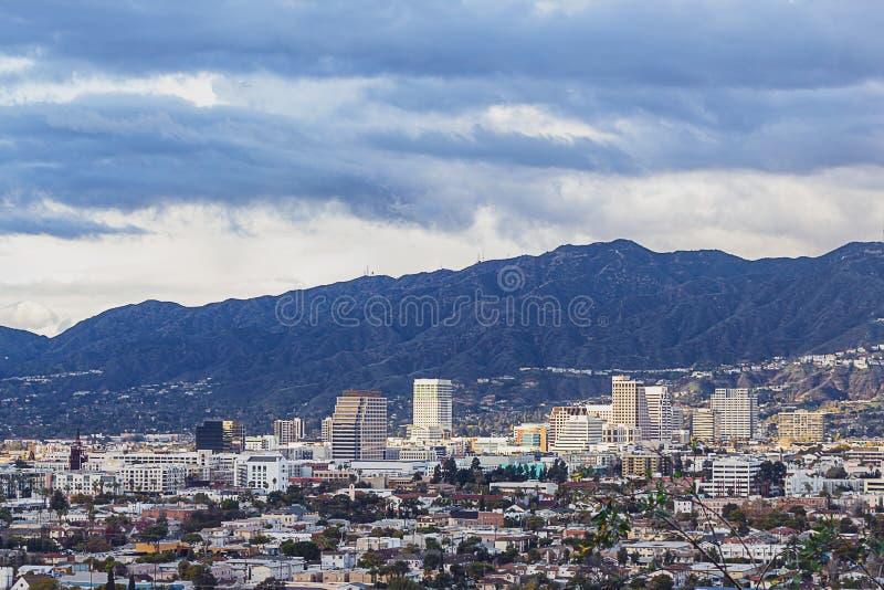 Punto di vista di Ariel di Glendale del centro con le montagne di San Gabriel fotografie stock