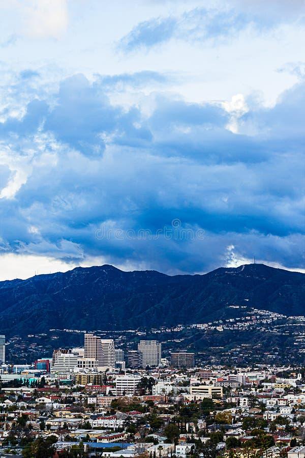 Punto di vista di Ariel di Glendale del centro con le montagne di San Gabriel immagini stock
