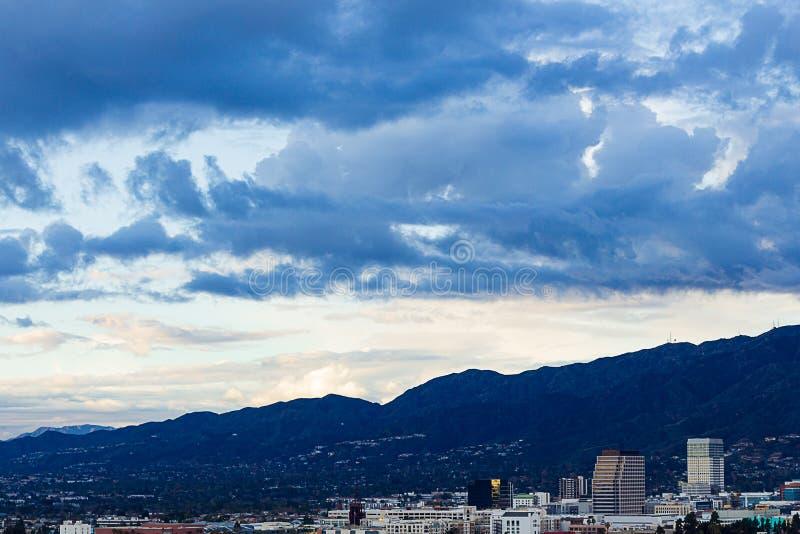 Punto di vista di Ariel di Glendale del centro con le montagne di San Gabriel fotografie stock libere da diritti