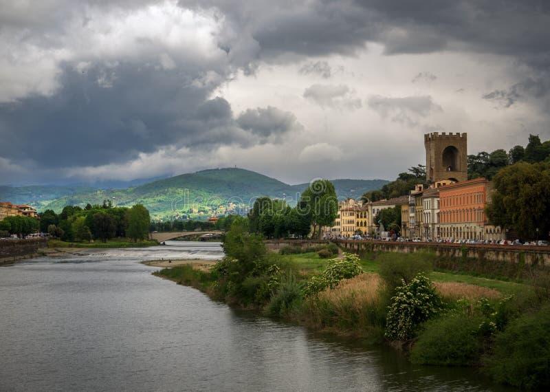 Punto di vista di Arno River Il maltempo a Firenze tuscany L'Italia immagine stock libera da diritti