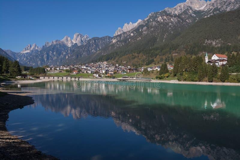 Punto di vista di Auronzo di Cadore Belluno Italia il lago Santa Caterina e Tre Cime Peaks immagini stock libere da diritti