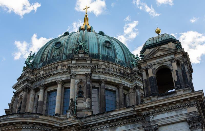 Punto di vista di Berlin Cathedral dalla baldoria del fiume fotografie stock libere da diritti
