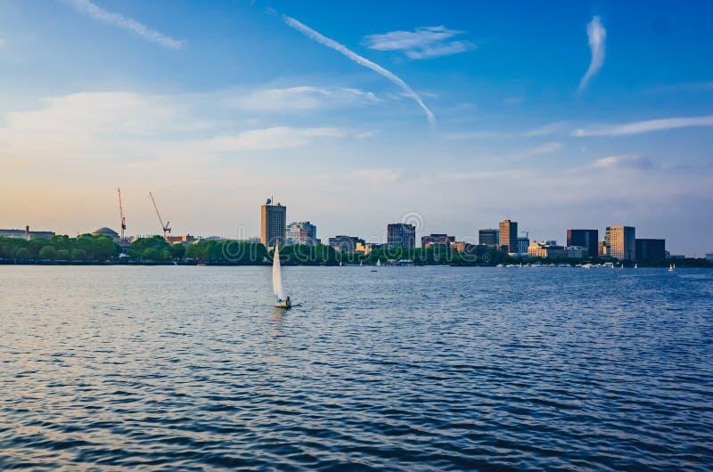 Punto di vista di Charles River con orizzonte di Cambridge al crepuscolo, in Bost immagini stock
