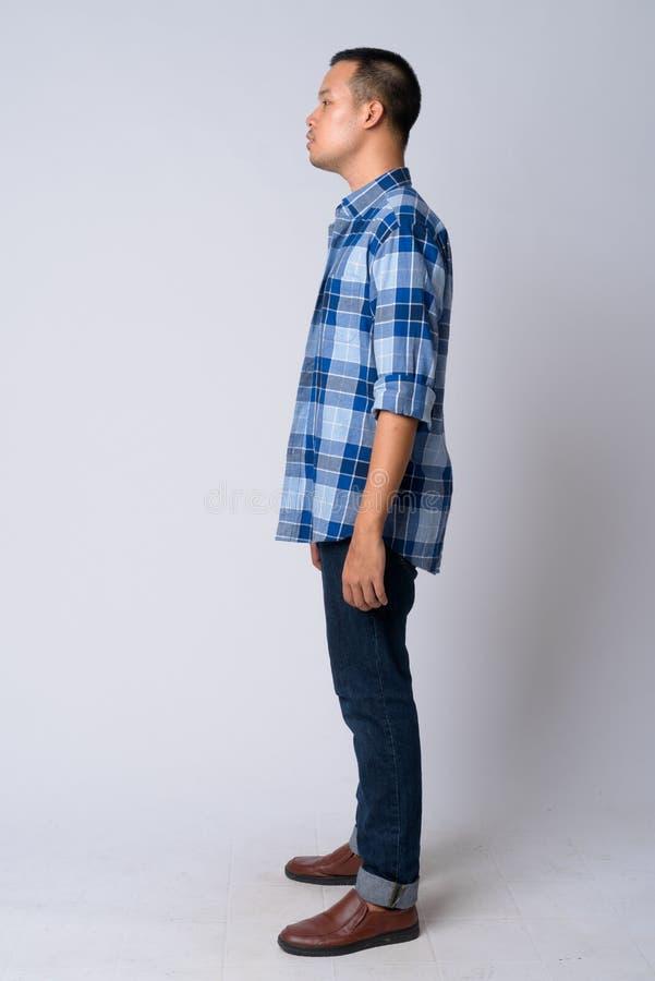 Punto di vista completo di profilo del colpo del corpo di giovane uomo asiatico dei pantaloni a vita bassa immagini stock libere da diritti