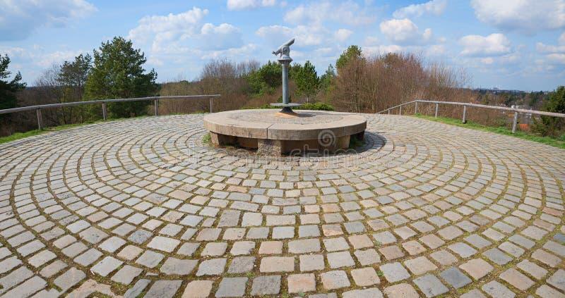 Punto di vista con il telescopio, est di Monaco di Baviera del parco della città immagini stock