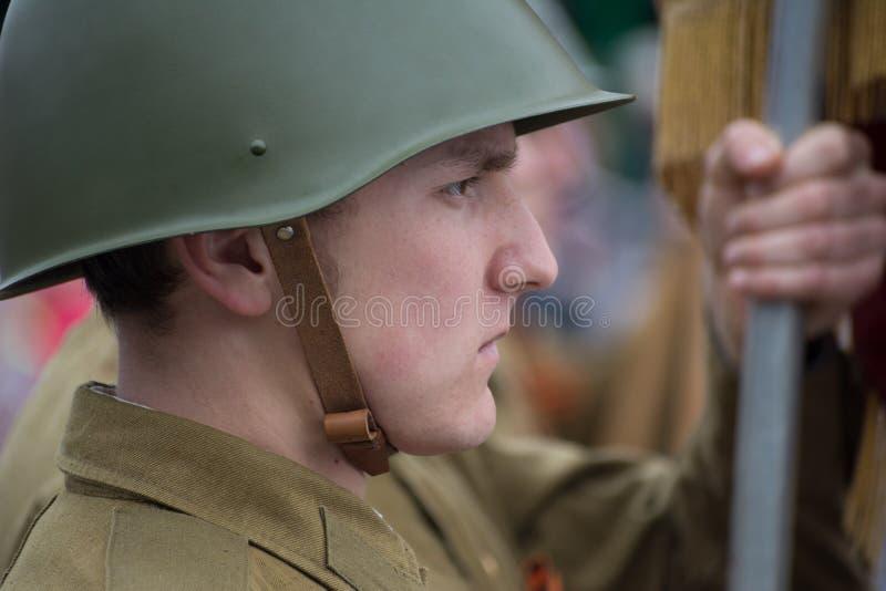 Punto di vista dei giovani in uniforme del Soviet dei soldati immagine stock libera da diritti