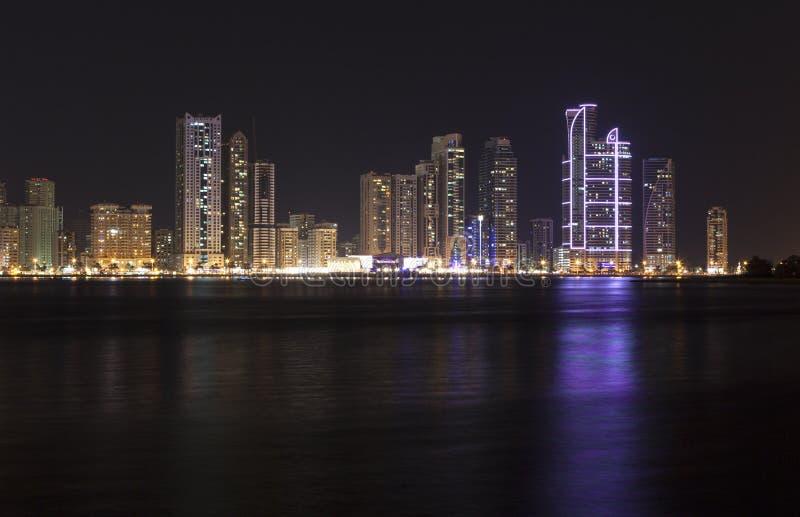 Punto di vista dei grattacieli e di Khalid Lagoon Sharjah Gli Emirati Arabi Uniti fotografia stock