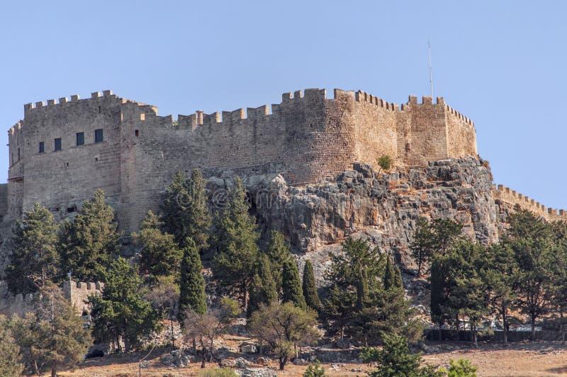 Punto di vista del castello di estate di Rhodes Acropolis di Lindos con il mare immagini stock libere da diritti