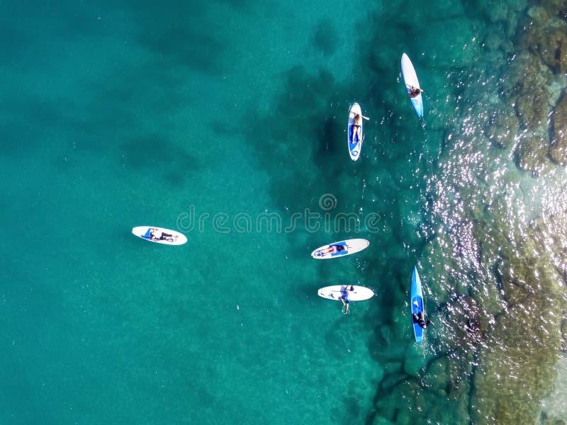 Punto di vista del fuco dei surfisti del SUP immagine stock libera da diritti